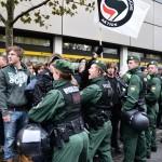 Polizisten vor Nazigegnern