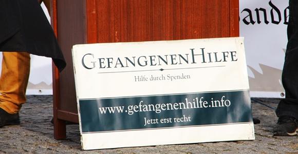 """Obwohl die """"Gefangenenhilfe""""  Organisator und Veranstalter der Kundgebung in Brandenburg/Havel war, wurde sie von der NPD Havel-Nuthe angemeldet. Foto: Anton Lommon"""