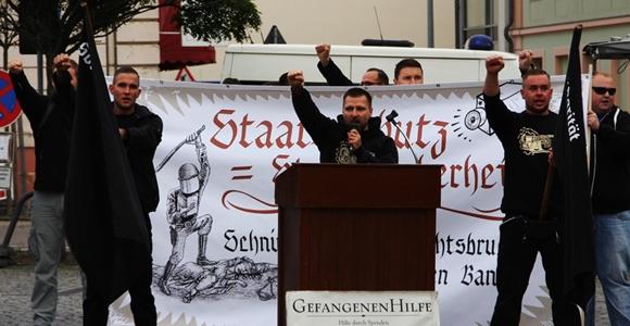 """Maik Eminger (Mitte) forderte gemeinsam mit anderen Kundgebungsteilnehmern den """"Nationalen Sozialismus"""". Foto: Anton Lommon"""