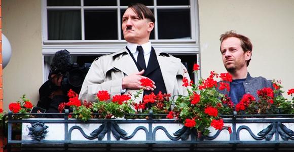 """Auf dem Balkon des angrenzenden """"Hotel am Molkenmarkt"""" zeigte sich ein Double von Adolf Hitler. Es handelte sich dabei um Dreharbeiten für eine Verfilmung des Bestsellers """"Er ist wieder da"""" von Timur Vermes. Foto: Anton Lommon"""