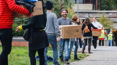 """Flüchtlingsunterstützer von """"Hellersdorf hilft"""", hier bei einer Menschenkette mit Spenden für Asylsuchende © Theo Schneider"""