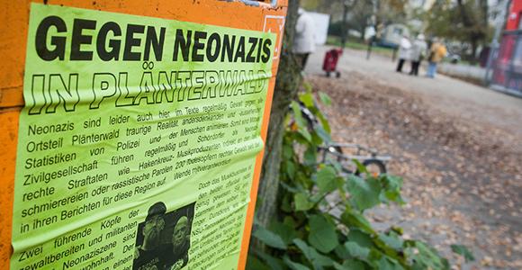 Plakat gegen Neonazis im Berliner Ortsteil Plänterwald