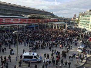Der rassistische Hooliganmob am Kölner Bahnhof © Felix Steiner