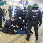 Ein Neonazi wird nach kurzer Randale im Bahnhof Alexanderplatz festgenommen © Theo Schneider
