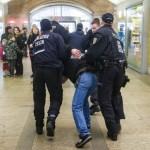 Polizisten führen einen Neonazi am Alexanderplatz ab © Theo Schneider