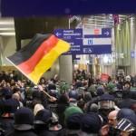 Umzingelt von Gegendemonstranten warteten die Neonazis am Alexanderplatz auf die Abreise © Theo Schneider