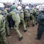 Die Polizei drängt linke Gegendemonstranten von der Reichsbürger-Kundgebung ab © Theo Schneider