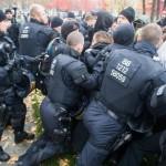 Auch am Kanzleramt drängt die Polizei Gegendemonstranten ab © Theo Schneider