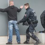 Die Polizei durchsucht anreisende Hooligans und Neonazis | © Christian Martischius