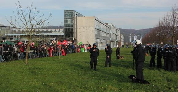 Die Kundgebung von Remagen Nazifrei an der FH. (Foto: Melanie Kuhn)