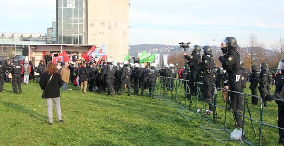 Die Polizei bedrängt Demoteilnehmer auf dem Kundgebungsgelände. (Foto: Melanie Kuhn)