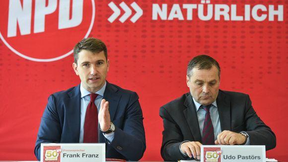 Auch Udo Pastörs (ganz weit rechts) konnte den Abstieg der NPD nicht aufhalten, jetzt versucht sich Frank Franz (links) | © Jan Peters/dpa