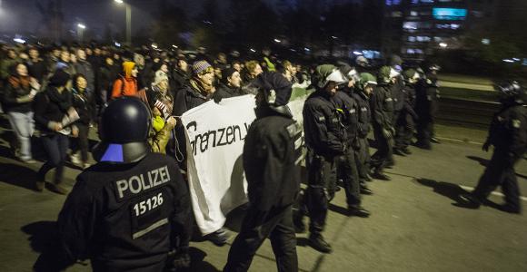 """Enges Polizeispalier am Montag bei der Demo """"Solidarität statt Ausgrenzung"""" gegen den rechten Aufmarsch in Marzahn © Theo Schneider"""