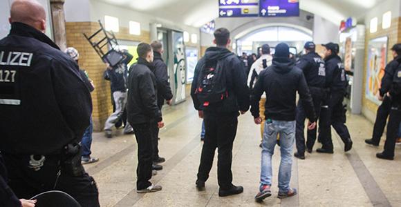 Barhocker auf Demonstranten: Randalierende Neonazis am 9. November am Berliner Alexanderplatz