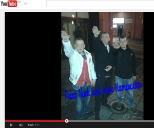 Anmelder Steven K. (mitte) mit Freunden beim Hitlergruß am Alexanderplatz. © YouTube