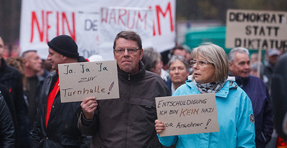 Selbst kein Nazi, aber mit solchen demonstrieren: Ein Drittel der Teilnehmern waren Neonazis, stellten Ordner und Redner © Theo Schneider