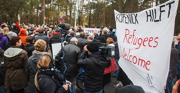 Bis zu 200 Menschen solidarisierten sich mit Flüchtlingen und protestierten gegen den rechte Aufzug © Theo Schneider