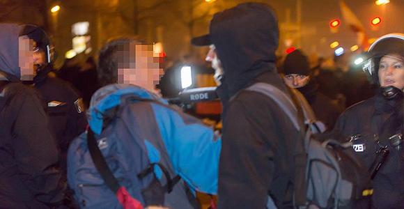 Ein Kameramann wird vor den Augen der Polizei von Neonazis bedrängt. (2.v.r. JN-Landeschef Björn Wild) © Florian Boillot
