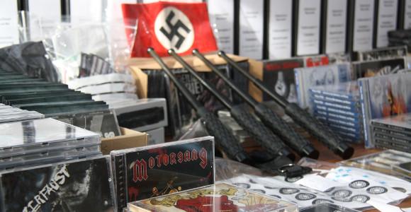Schlagstöcke und Nazirock – bei der Oldschool Records-Razzia 2014 sichergestellte Gegenstände © Polizei