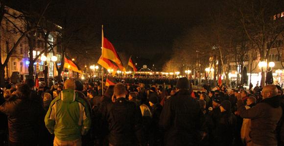 Die Bogida Kundgebung, im Hintergrund sieht man die Kundgebung von Bonn stellt sich quer (Foto: Melanie Kuhn)