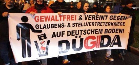 In der ersten Reihe marschierten Sebastian Nobile (links) und Dominik Roeseler (dritter von links). Roeseler sitzt für die Parte PRO-NRW im Stadtrat von Mönchengladbach. Fotos: Felix Huesmann