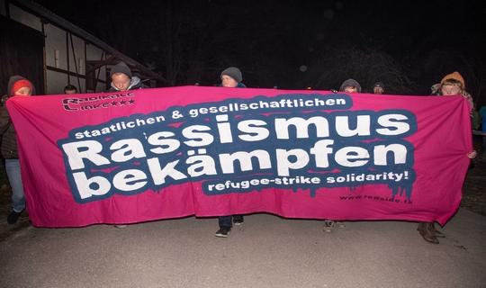 Nach dem Brandanschlag demonstrierten rund tausend Menschen gegen Rassismus | Foto: Müller
