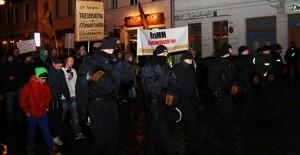 Der Protestzug wurde von einem Großaufgebot der Polizei begleitet. Insgesamt waren 540 Beamte im Einsatz. Foto: Anton Lommon
