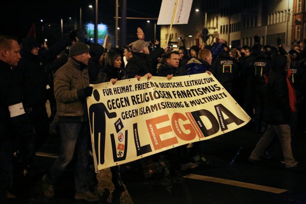 Zeitweise trennten LEGIDA und die Gegenproteste nur wenige Meter und eine Polizeikette. Mehrfach flogen Böller in die Menge der LEGIDA-Gegner.  © D. Lima