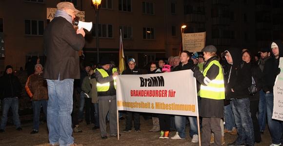 Als Organisator der Proteste in Brandenburg gilt die Rechtsaußen-Partei Die Republikaner. Links im Bild: Landeschef Heiko Müller bei der Abschlusskundgebung. Foto: Anton Lommon