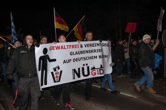 Nügida-Anhänger konnten nicht ungestört marschieren      | Foto: Müller