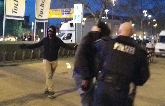Neonazis beim Angriff    Foto: Timo Müller