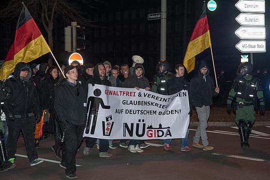 Nur vierzig Rechte marschierten bei Nügida mit. Ihnen standen deutlich mehr Gegendemonstranten gegenüber | Foto: Müller