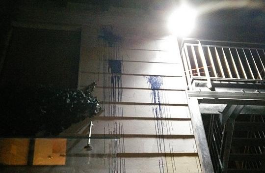 Die Täter warfen mit blauer Farbe gefüllte Gegenstände auf die Hauswand  © Timo Müller