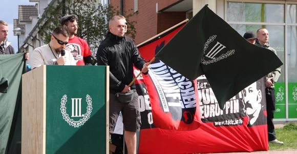 Maik Eminger (2. v. l.), dessen Zwillingsbruder André Mitangeklagter im NSU-Prozess ist, meldete die Aktion an. Foto: Anton Lommon