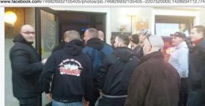 Enrico Schottstädt (links) hält Teilnehmern des B.D.H.-Treffens die Tür auf © Screenshot Facebook