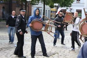 """""""Polizisten schmissen sich zwischen die Fronten""""? Angreifende Neonazis am 30. Mai in Güstrow"""