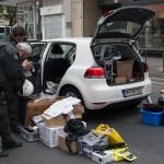 Polizeibeamte dokumentieren den Fund von Schutzbewaffnung bei der Anmelderin Ester Seitz | © Christian Martischius