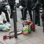 Polizeibeamte finden Werkzeuge, Benzin und unzulässig lange Holzstangen bei den anreisenden Rechten | © Christian Martischius