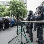 Gegendemonstranten und Polizeibeamte stehen sich gegenüber | © Christian Martischius