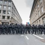 Polizeibeamte blockieren eine Straße | © Christian Martischius