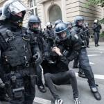 Polizeibeamte nehmen einen Gegendemonstranten fest | © Christian Martischius