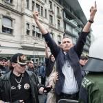 Hochgestrecke Mittelfinger und Hitlergruß | © Christian Martischius