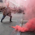 Gegendemonstrantin im Rauch eines Feuerwerkskörpers | © Christian Martischius