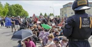 Mehrere Hundert Personen beteiligten sich an Sitzblockaden. Größere Auseinandersetzungen blieben aus. Foto: Danny Frank