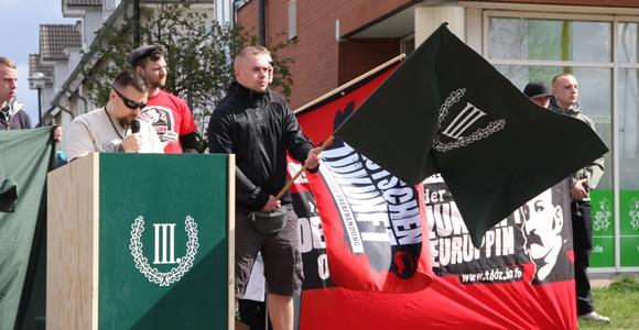 """Großen Einfluss auf die Neonazi-Szene in Brandenburg hat die Splitterpartei """"Der III. Weg"""" - hier im April bei einer Kundgebung in Werder (Havel). © Anton Lommon"""