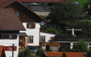 Die Immobilie in Rieggis mit ehemaligem Gasthaus und Doppelgarage. (Foto: Robert Andreasch)