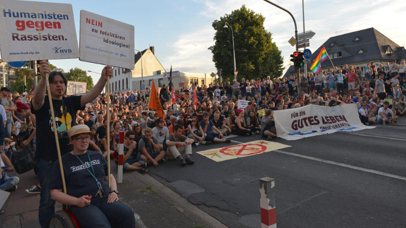 Diese Blockade an der Römerbrücke hinderte die NPD letzendlich am weiterkommen © Max Bassin