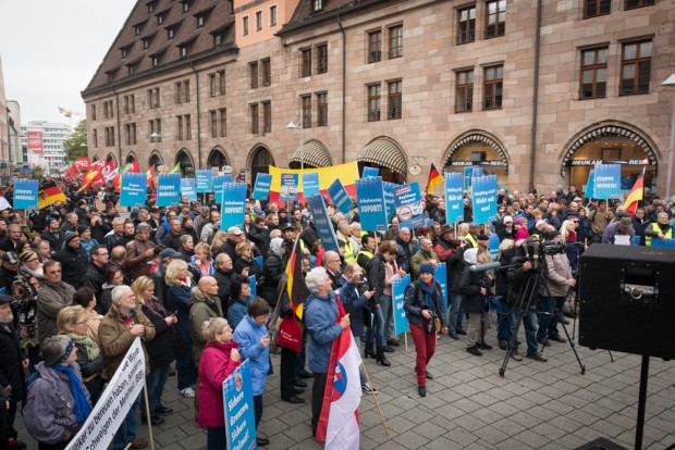 Weniger als erwartet: Teilnehmer der AfD-Kundgebung am Hallplatz © Thomas Witzgall