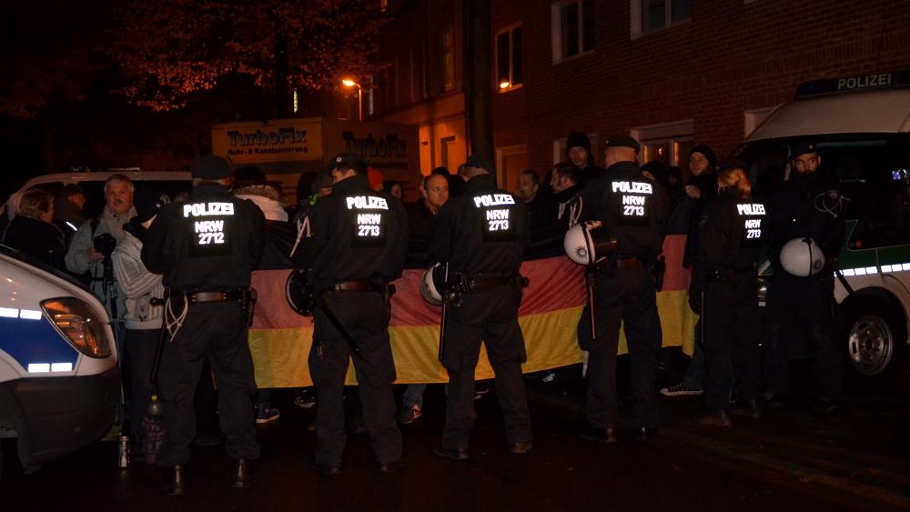 Frintroper pöbeln gegen die antifaschistische Demo © Max Bassin