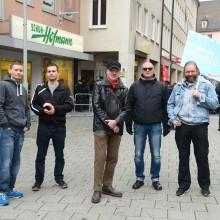 Dan Eising (links), Karl Richter (mitte) und weitere Neonazis auf der AfD-Kundgebung © Timo Müller